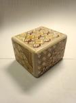 からくり美術館で作った秘密箱。模様張りとやすり、ワックスがけをやりました。これがなかなか熱中する。